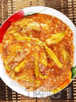 Яхния от телешко варено месо с бамя, чесън и доматено пюре - снимка на рецептата